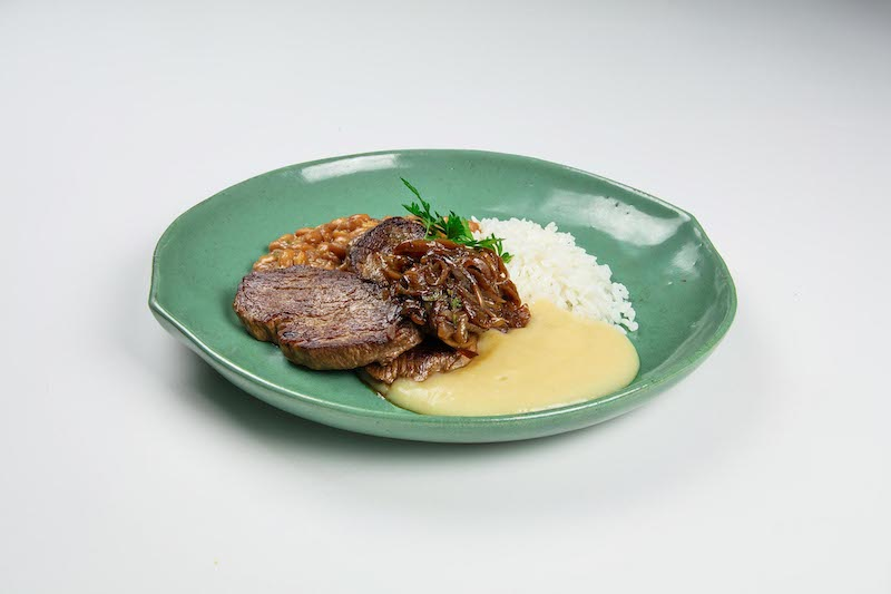 Filé mignon acebolado com purê de batata e alho assado, arroz branco e feijão carioquinha - 440 g
