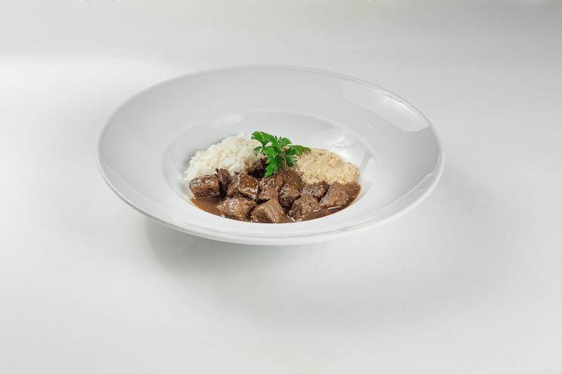 Picadinho de carne com arroz branco e farofa de mandioca e bacon (320gr)