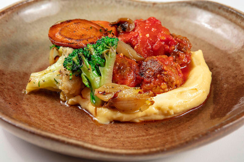 Polpettine ao molho de tomate, polenta cremosa e mix de vegetais grelhados - 380 g