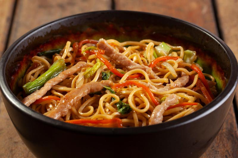Yakisoba Shanghai - Feito com lombo de porco e legumes em tiras, molho especial da casa e massa fresca artesanal - 400 g