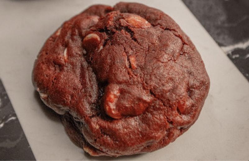 Cookie Red velvet, com massa de chocolate e gotas de chocolate branco - 80 g