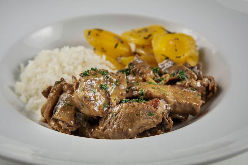 Strogonoff de filé mignon com cogumelos frescos, mandioquinha com ervas frescas e arroz branco - 380 g