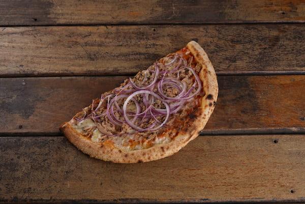 Pizza de Atum com Massa de Levain de farinha italiana e molho de tomates orgânicos - Unidade com 2 Fatias