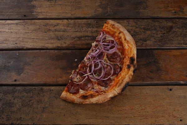 Pizza de Calabresa, mussarela e cebola roxa com Massa de Levain de farinha italiana e molho de tomates orgânicos - Unidade com 2 fatias