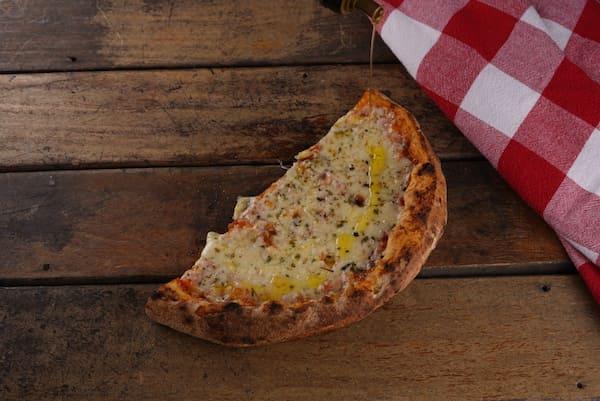 Pizza de Mussarela Scala com Massa de Levain de farinha italiana e molho de tomates orgânicos com um suave toque de orégano - Unidade com 2 fatias
