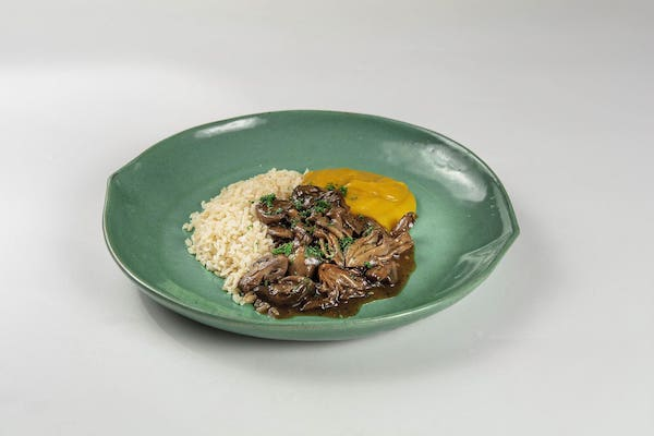 Cogumelos glaceados, purê de mandioquinha defumado e arroz integral - 370 g